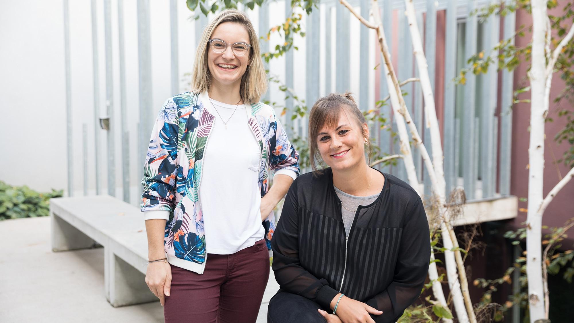Sarah Kreis (links) und Carla Frauenfelder (rechts) von Creativemornings im YMCA Hostel Basel.