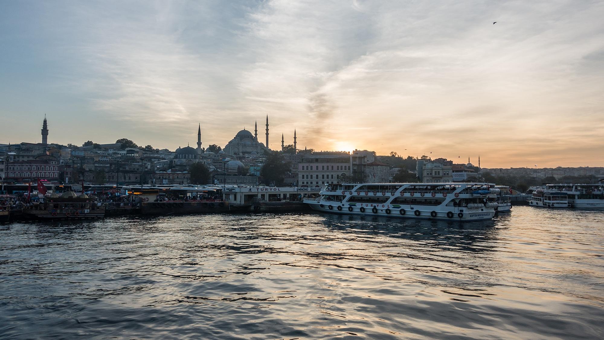 Besonders schön ist Istanbul vom Schiff aus anzusehen. Zum Beispiel auf einer Bosporus-Rundfahrt im Abendlicht.