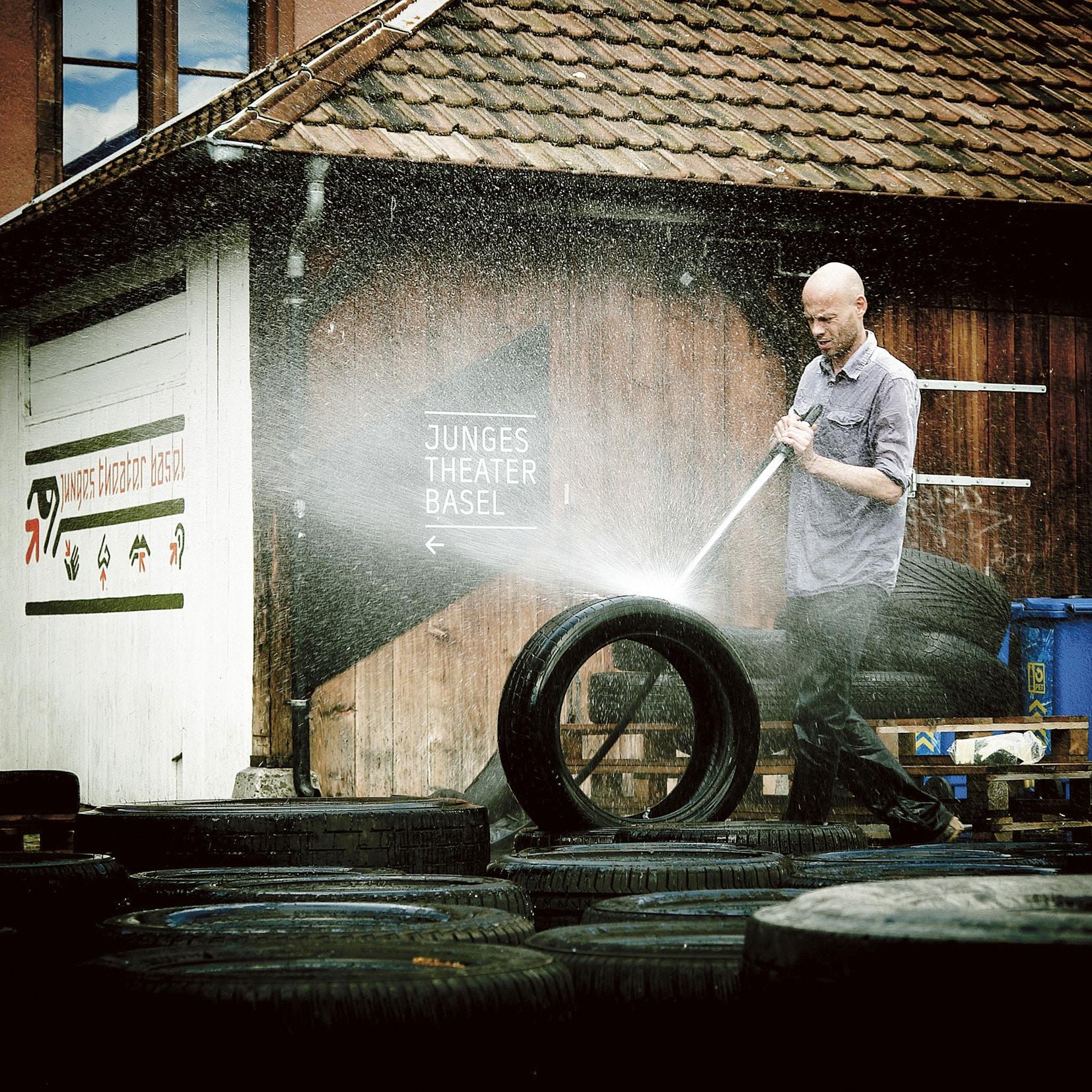 Uwe Heinrich, der Leiter des Jungen Theaters Basel, muss auch mal Reifen fürs Bühnenbild putzen.