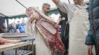 Stolze Handwerksmänner: Die Metzger in Sissach zeigten, wie viel Arbeit in einer Blutwurst steckt.
