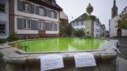 Grün leuchtend für einen Tag: Am Montag wurde das mit Lebensmittelfarbe versetzte Wasser aus dem Brunnen am Petersplatz abg