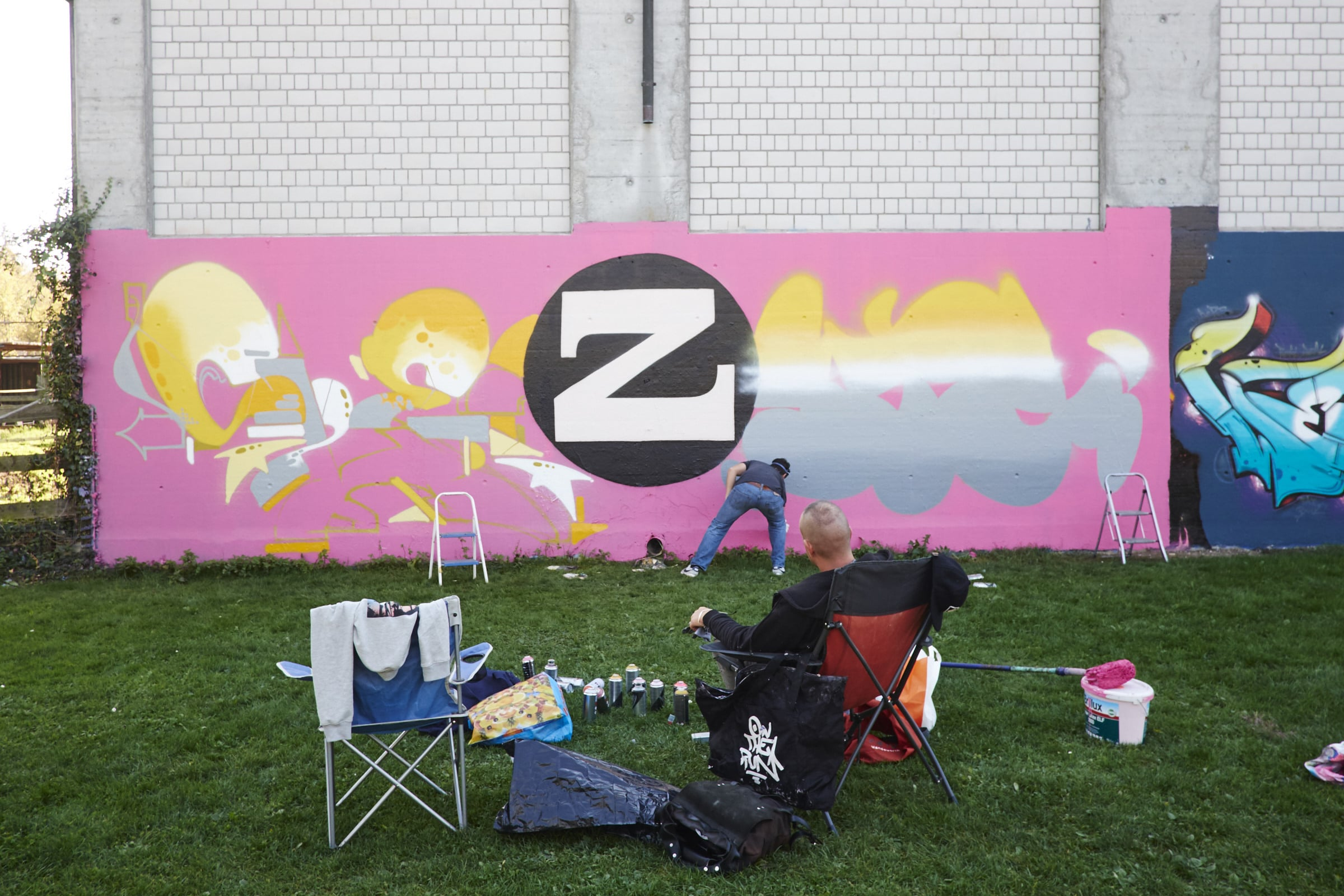 So gemütlich ist es nicht immer: Diese Wand bemalt Shez mit einem Kollegen aus dem Tessin legal.