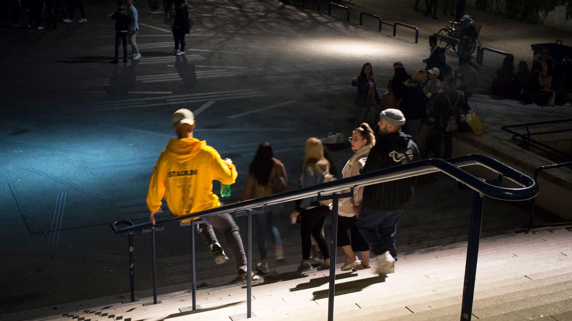 Mit Schwung ins den Ausgang. Auf dem Theaterplatz tummeln sich am Wochenende die Jugendlichen.