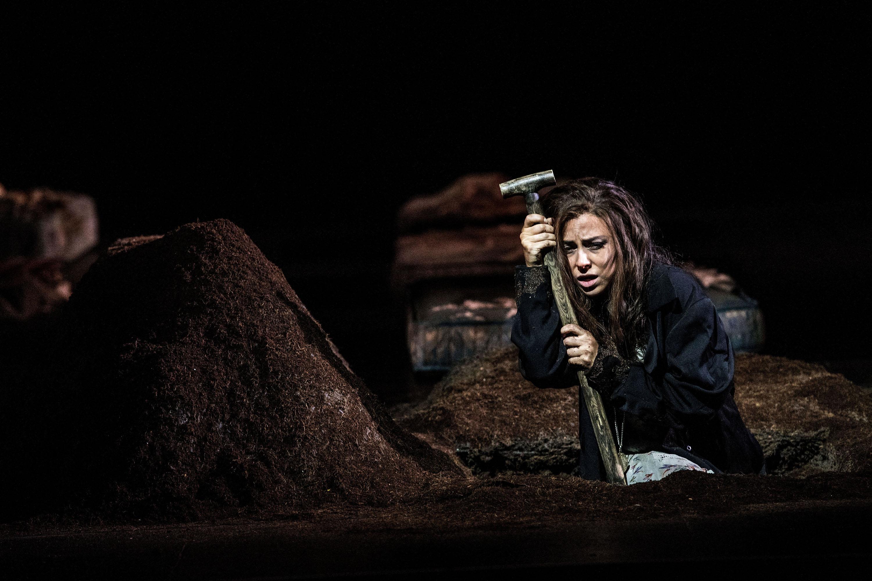 Selbst ist die Frau: Violetta (Corinne Winters) schaufelt in der Basler «Traviata»-Inszenierung ihr eigenes Grab.
