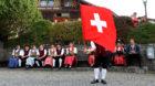 Die Sennen und Aelpler feiern mit Fahnenschwingen im Bergdorf Buerglen im Schaechental im Kanton Uri die traditionelle Sennen