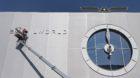 Die letzten Buchstaben des Logos fuer die Uhren- und Schmuckmesse Baselworld werden an der Fassade der Rundhalle der Messe an