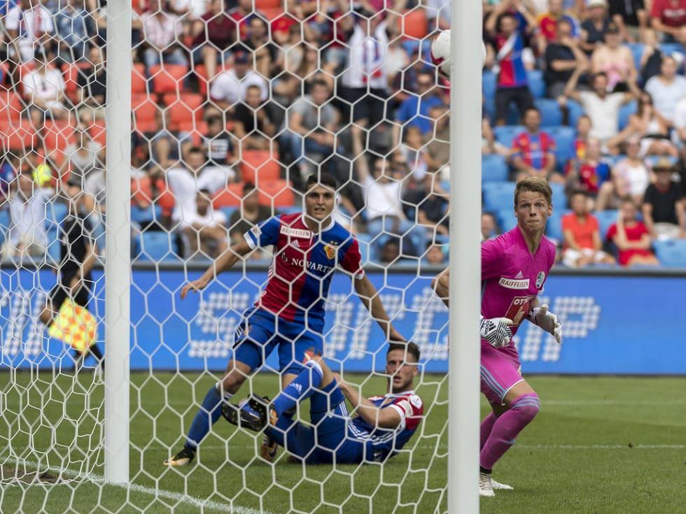 Der Kopfball des Baslers Ricky van Wolfswinkel, Mitte, fuehrt zum 3:1 im Fussball Meisterschaftsspiel der Super League zwisch