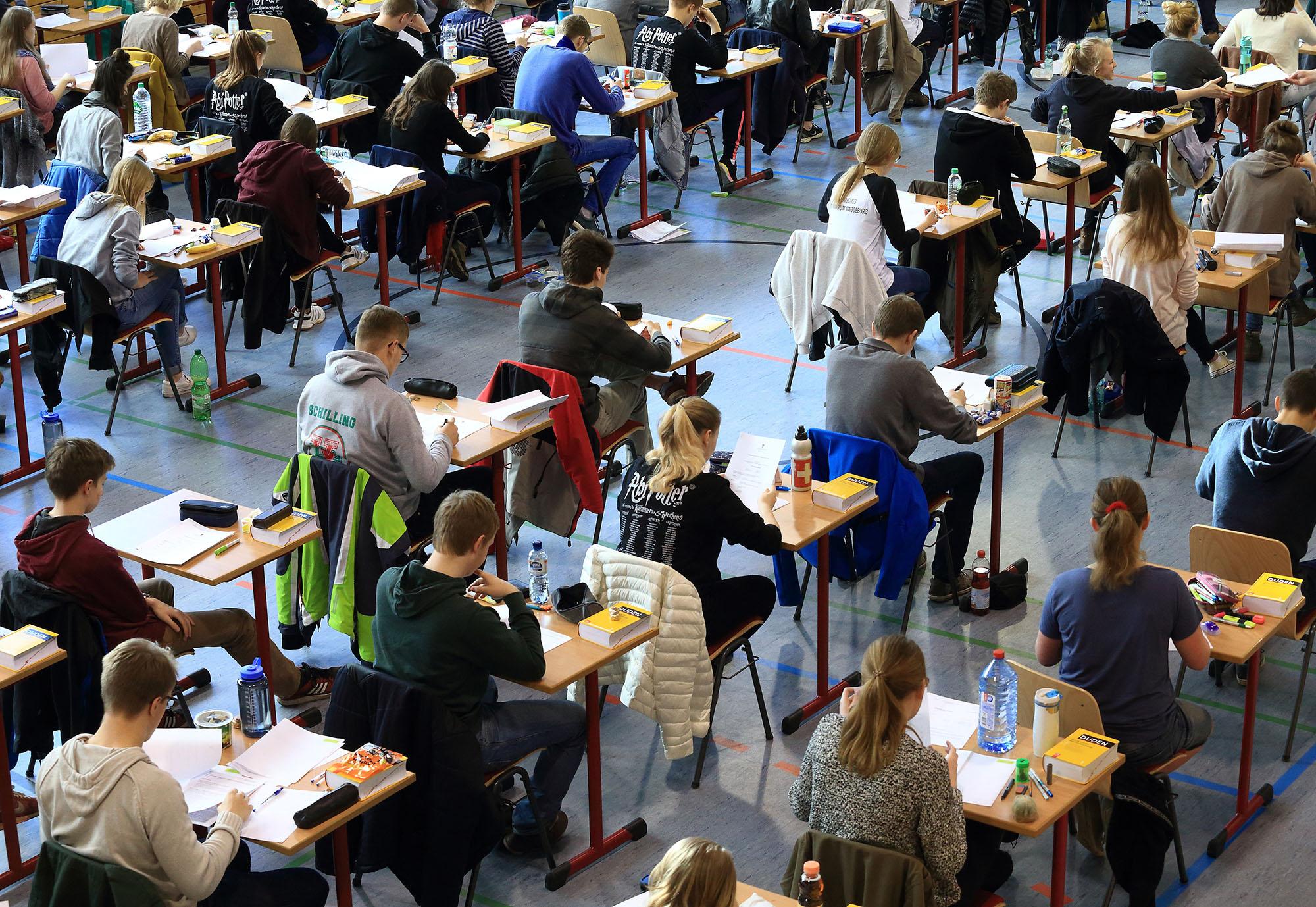 ARCHIV - Insgesamt 109 Sch¸lerinnen und Sch¸ler arbeiten am 18.04.2016 im ÷kumenischen Domgymnasium in Magdeburg (Sachsen-