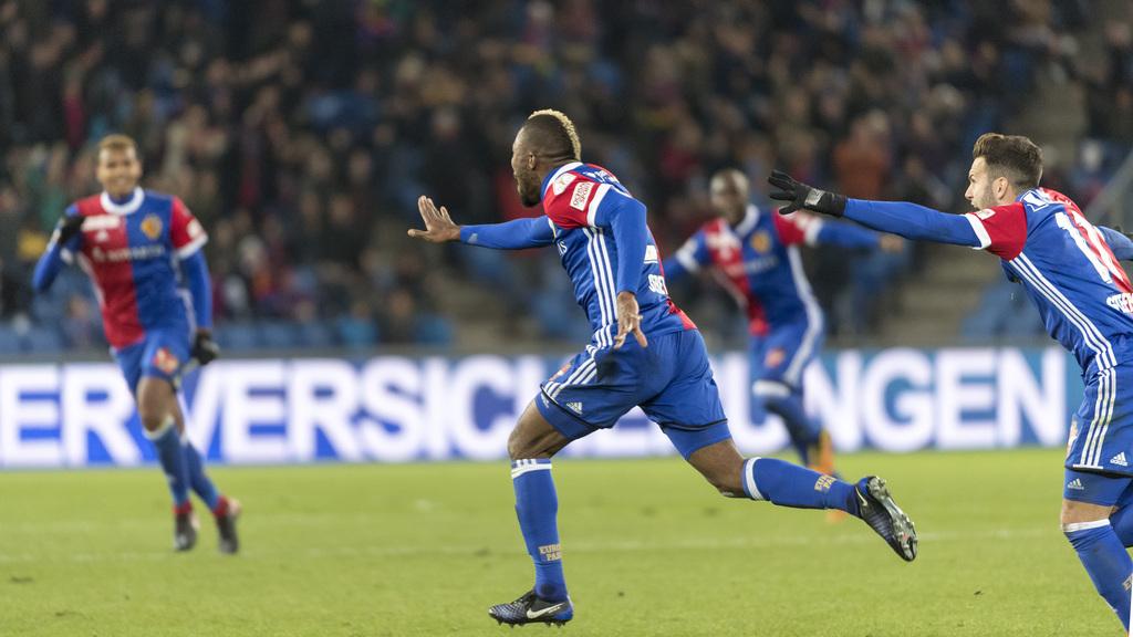 Die Basler SPieler freuen sich ueber Geoffroy Serey Dies, Mitte, 1:0 im Fussball Meisterschaftsspiel der Super League zwische