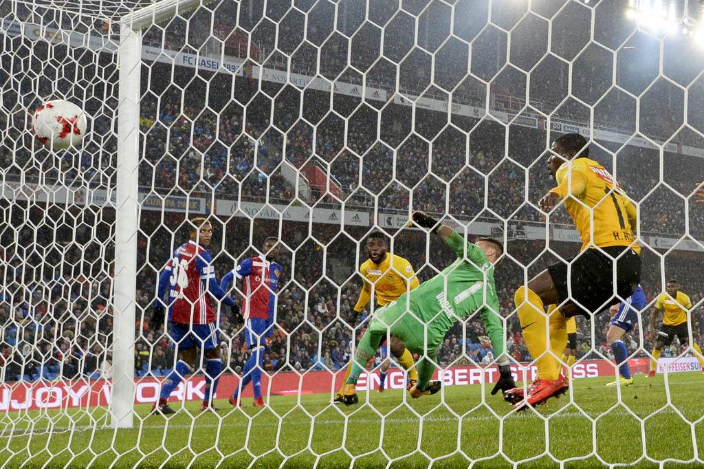 YBs Jean-Pierre Nsame, Mitte hinten, erzielt das Tor zum 1-1 gegen Basels Torhueter Tomas Vaclik im Super League Spiel zwisch