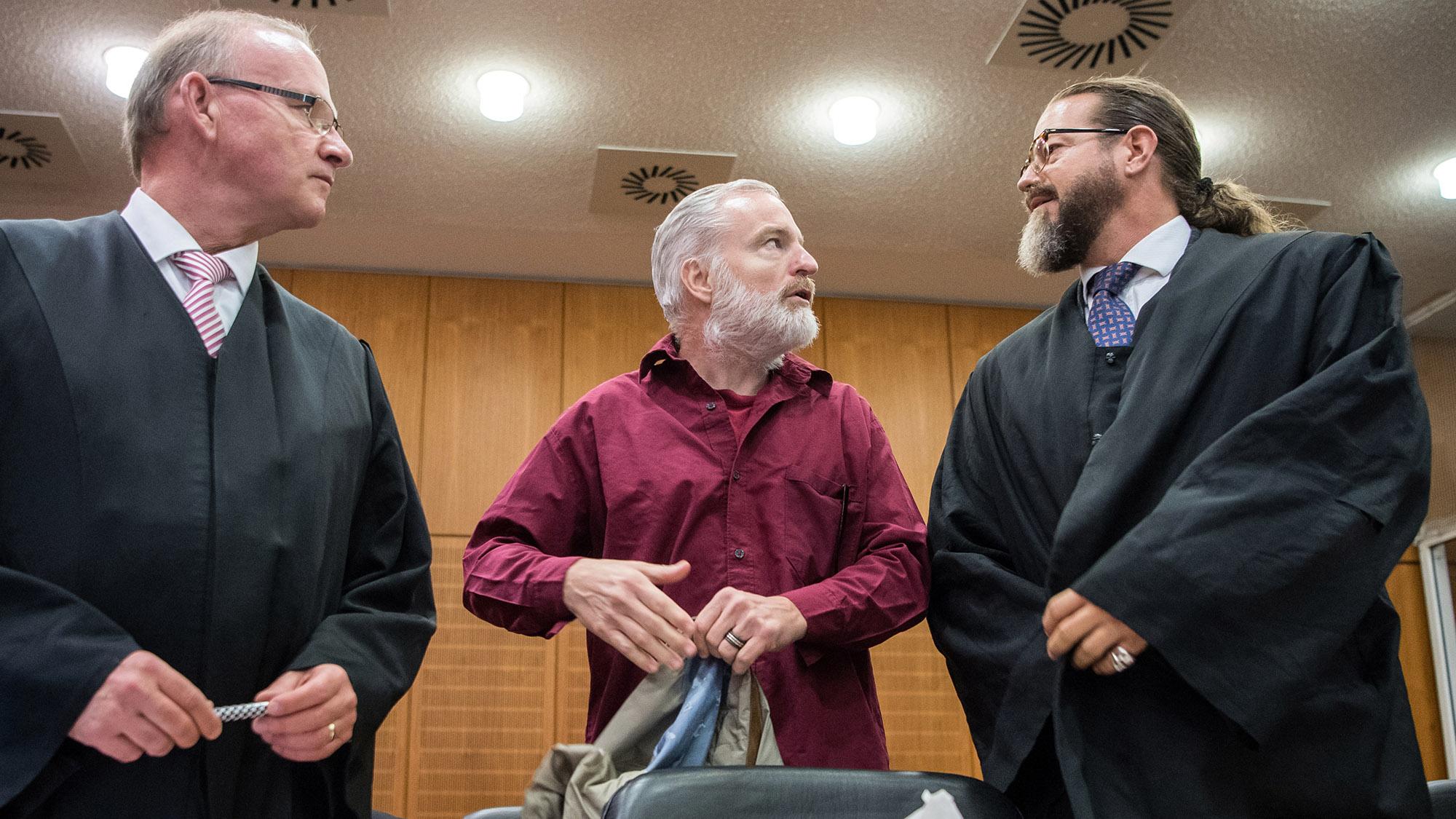 ARCHIV - Rechtsanwalt Hannes Linke (l-r), der Angeklagte Schweizer Daniel M. und der Anwalt Robert Kain stehen vor Verhandlun
