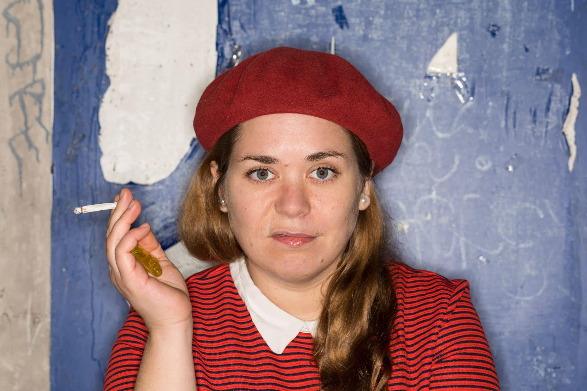 Endlich eine Zigarette: Stefanie Sargnagel leidet in rauchfreien Restaurants.