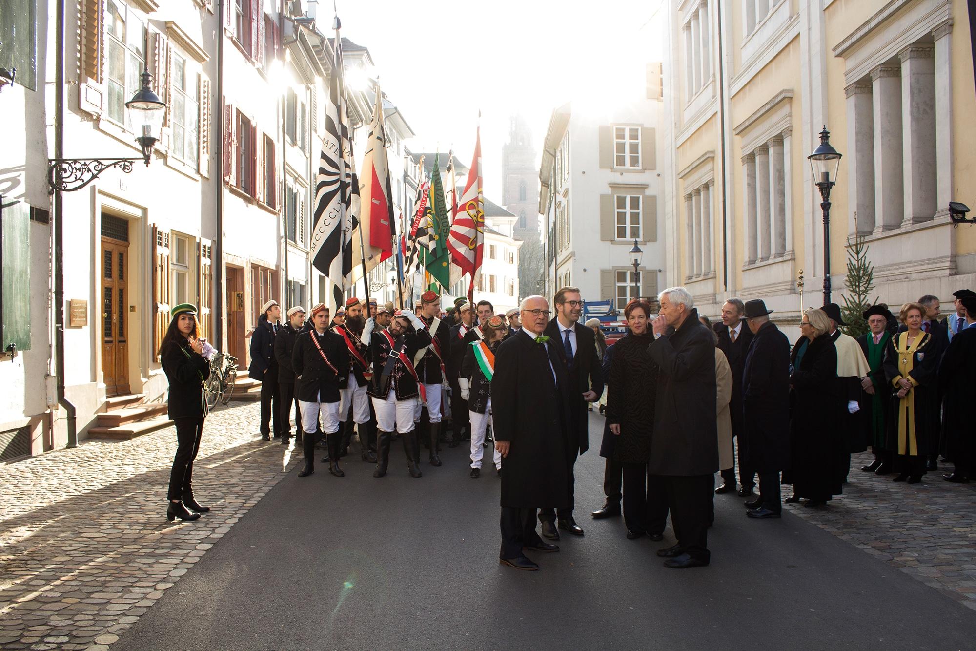 Besammlung der Honoratoren und Professoren vor dem Naturhistorischen Museum. In der Mitte die Erziehungsdirektoren beider Bas