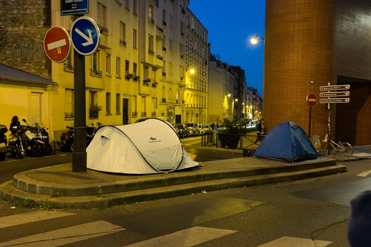 In der Nacht werden die Verkehrsinseln in Paris zu Flüchtlingslagern.