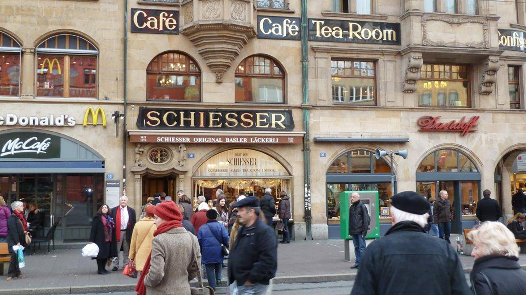 Das schätzen Basler und Besucher: In der Confiserie Schiesser bekommt man neuerdings auch am Sonntag einen Kaffee.