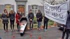 Sieben Studierende trugen am Donnerstagmorgen in Liestal symbolisch die Uni zu Grabe.
