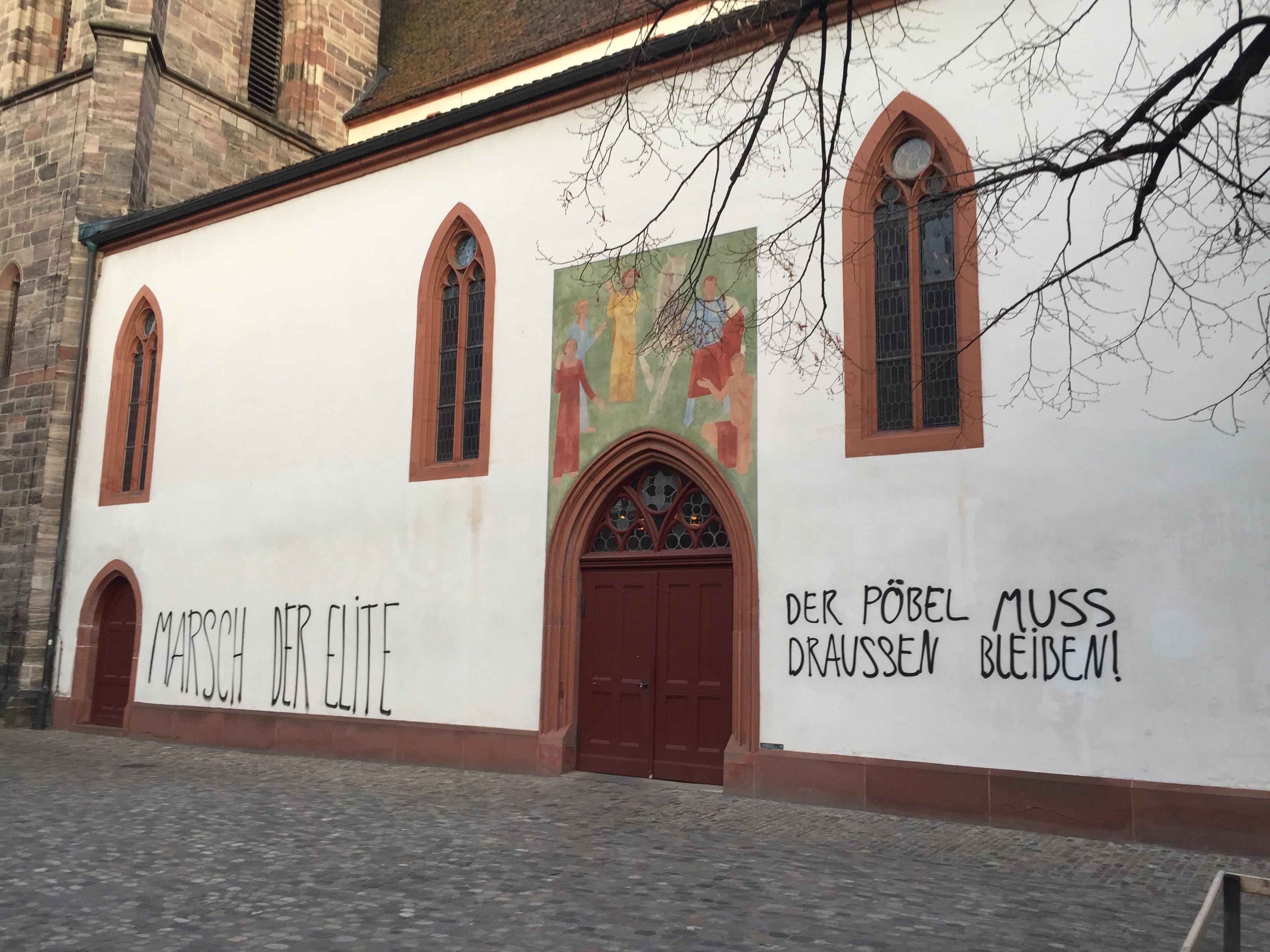 Unbekannte haben in der Nacht auf Freitag, 24. November 2017, Botschaften gegen die Uni auf der Martinskirche und anderen Geb