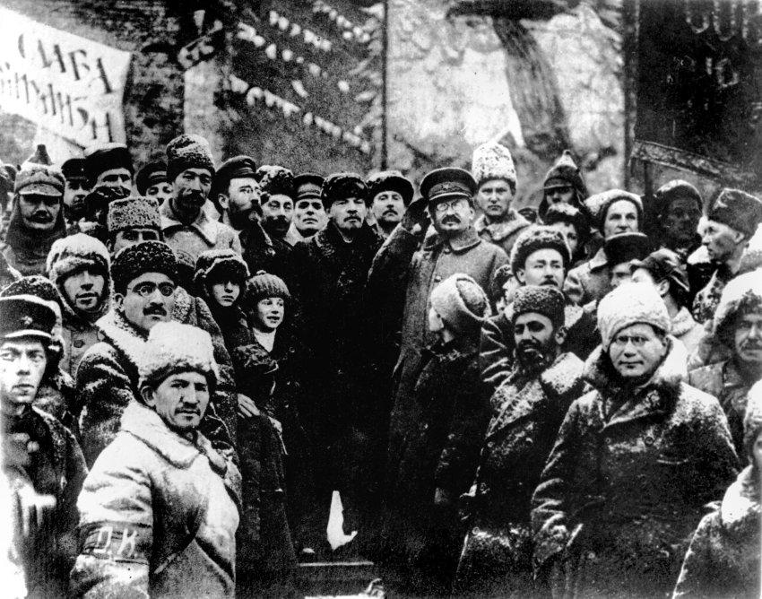 Lenin und Trotzki (in Uniform) im Kreise von Genossen auf dem Roten Platz in Moskau im Jahr 1919.
