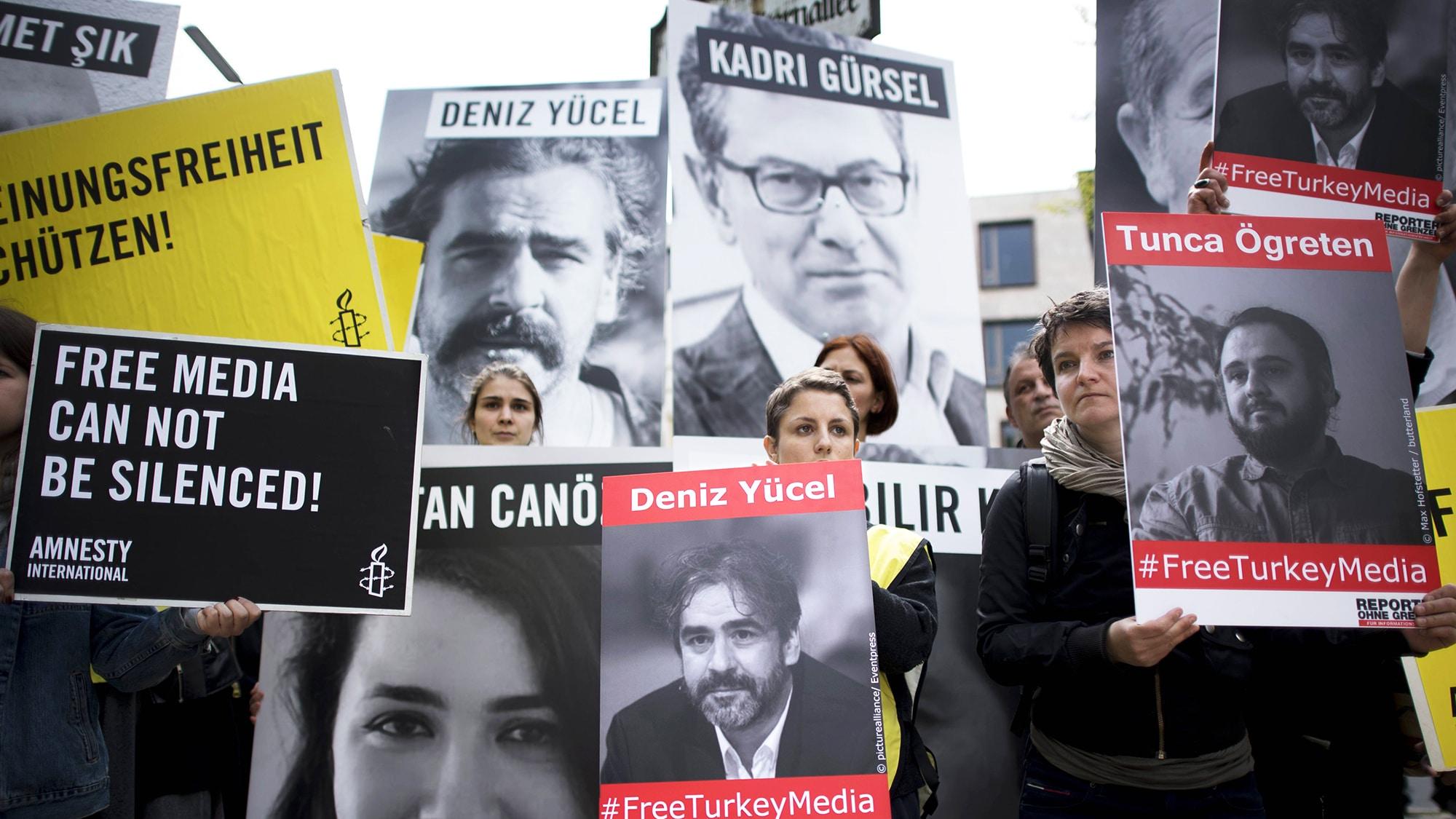 Pressefreiheit - Free Deniz Yucel protest Deutschland, Germany, Berlin, 03.05.2017 Demonstrantin mit Plakat Freiheit fuer all