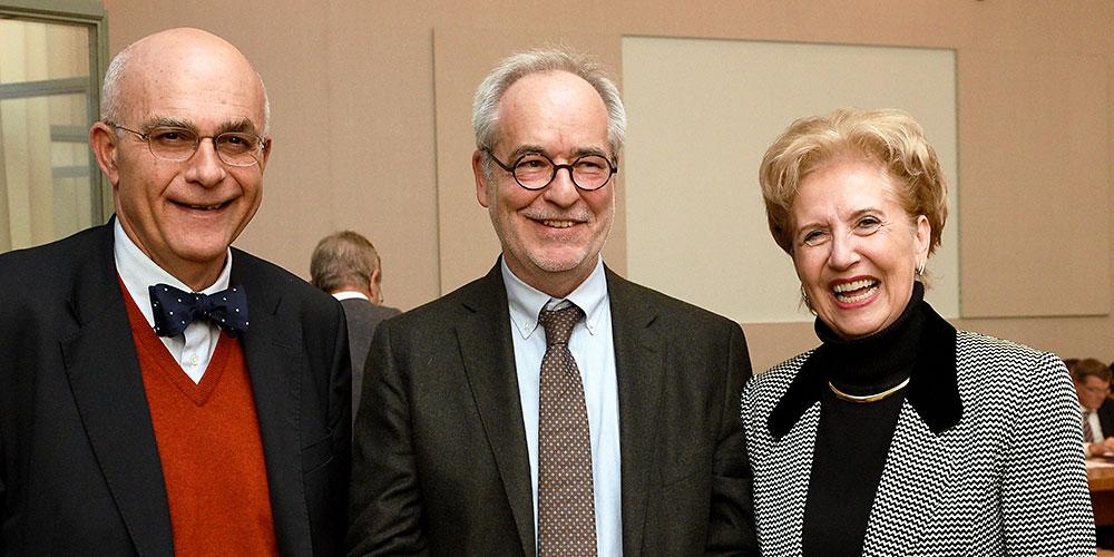 Der Zürcher Medienwissenschaftler Otfried Jarren (flankiert vom Regenzvorsitzenden Thomas Sutter-Somm und der Rektorin Andre