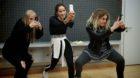 «Überraschung»! Drei junge Frauen stürmen ins Klassenzimmer.