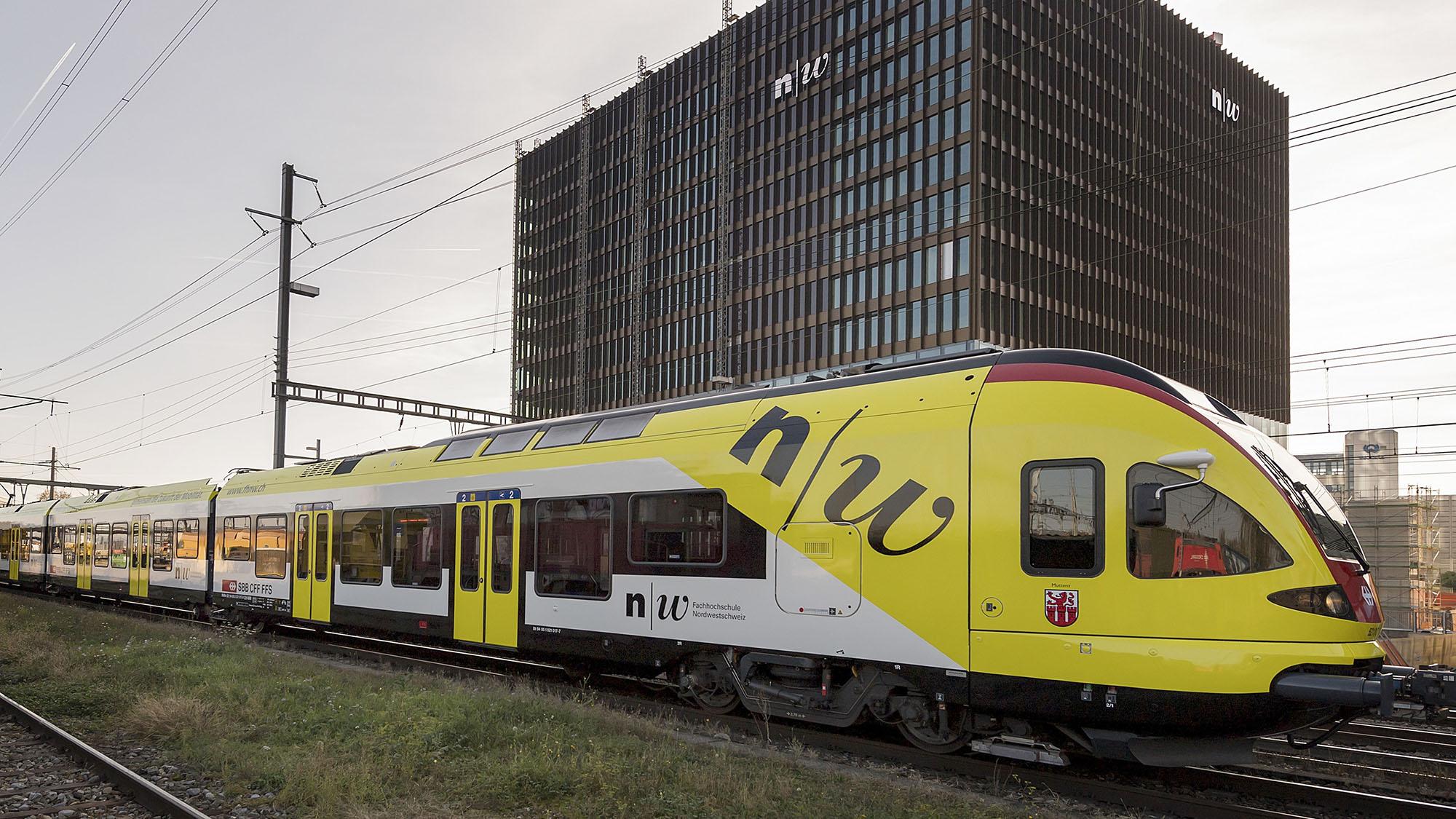 Der Werbezug der Gemeinde Muttenz der FHNW am Medienanlass zur Verlagerung der Hauptverkehrszeiten auf SBB-Strecken am Beispi