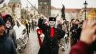 Frau Fasnacht auf der Karlsbrücke: Die «Opti-Mischte» sind für einmal an der Moldau statt am Rhein zum Cortège eingestan
