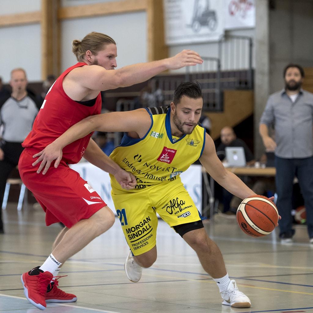 Der Luzerner Michael Pluess, links, im Zweikampf gegen den Birstaler Branislav Kostic, rechts, waehrend des Spieles der Baske