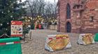 Die Anti-Terror-Sperren auf dem Münsterplatz sind für Weihnachten 2017 nett verpackt.
