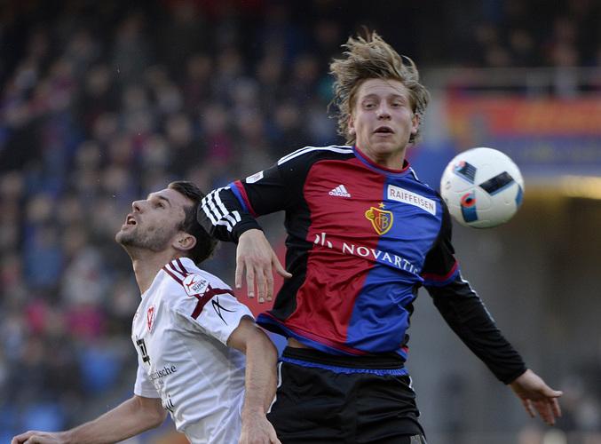 Der Vaduzer Philipp Muntwiler, links, im Kampf um den Ball gegen den Basler Alexander Fransson, rechts, im Fussball Meistersc