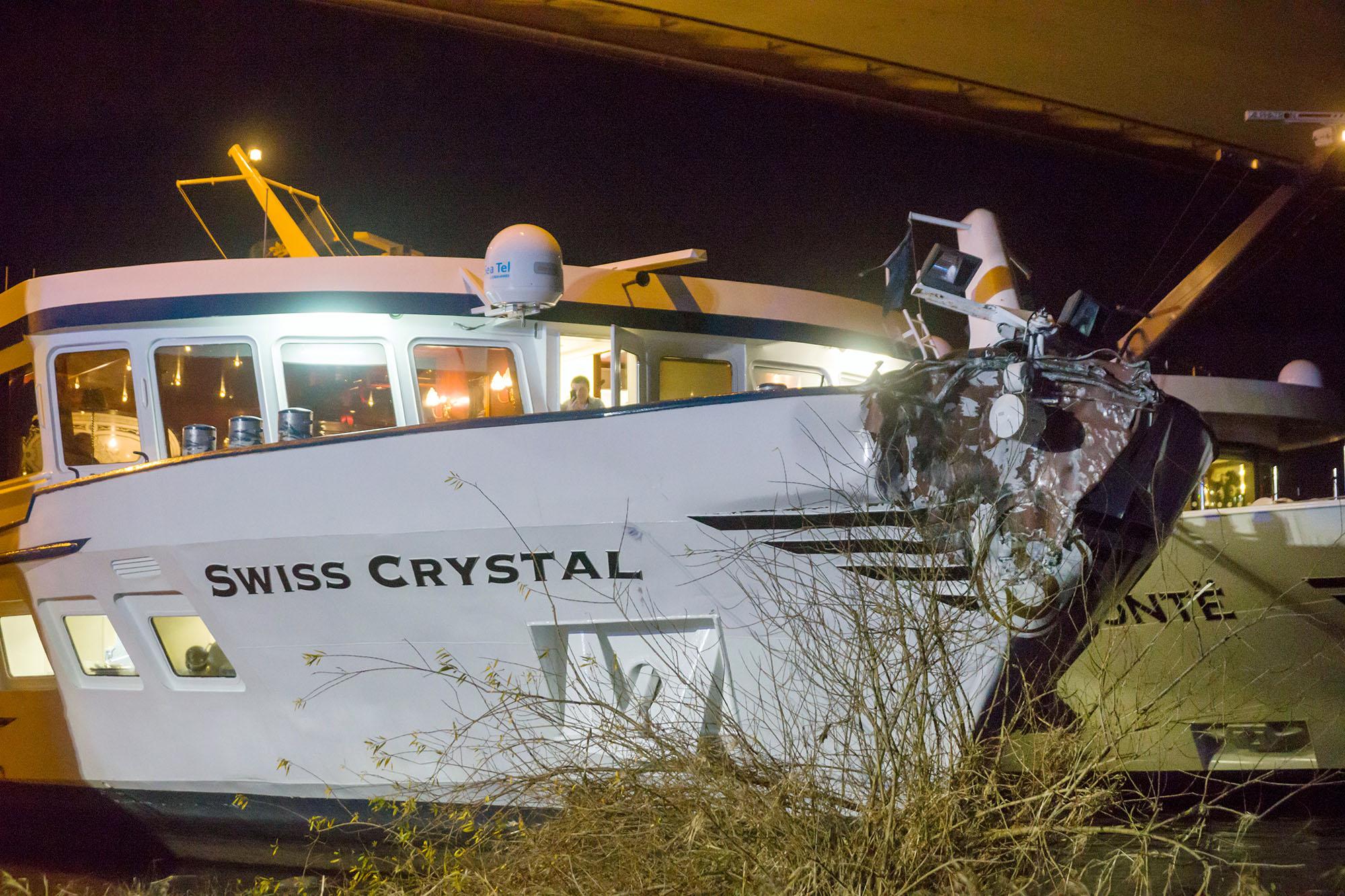 Das beschaedigte Passagierschiffes am 26.12.2017 in Duisburg (Nordrhein-Westfalen). Bei der Kollision des unter schweizer Fla
