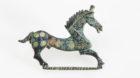 Pferdeförmige Fibula, Kupferlegierung und Emaill aus dem 2. Jh.