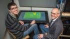 Heiko Schuld (rechts) und Lukas Probst vor der Software, die Fussballtrainern das Leben erleichtern könnte.