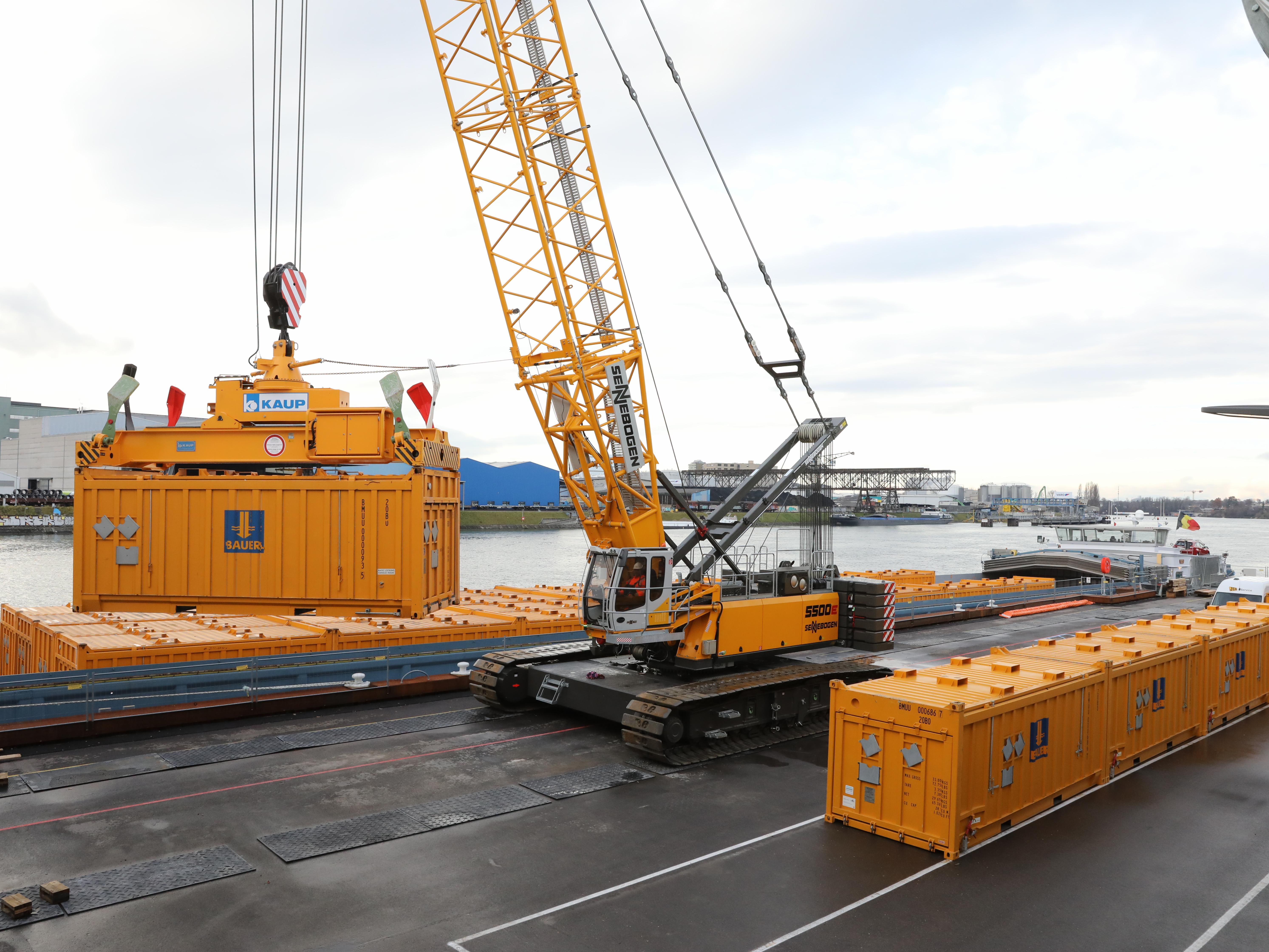Das belastete Erdmaterial wird ausgehoben, in luftdichte Spezialcontainer geladen und verschifft.