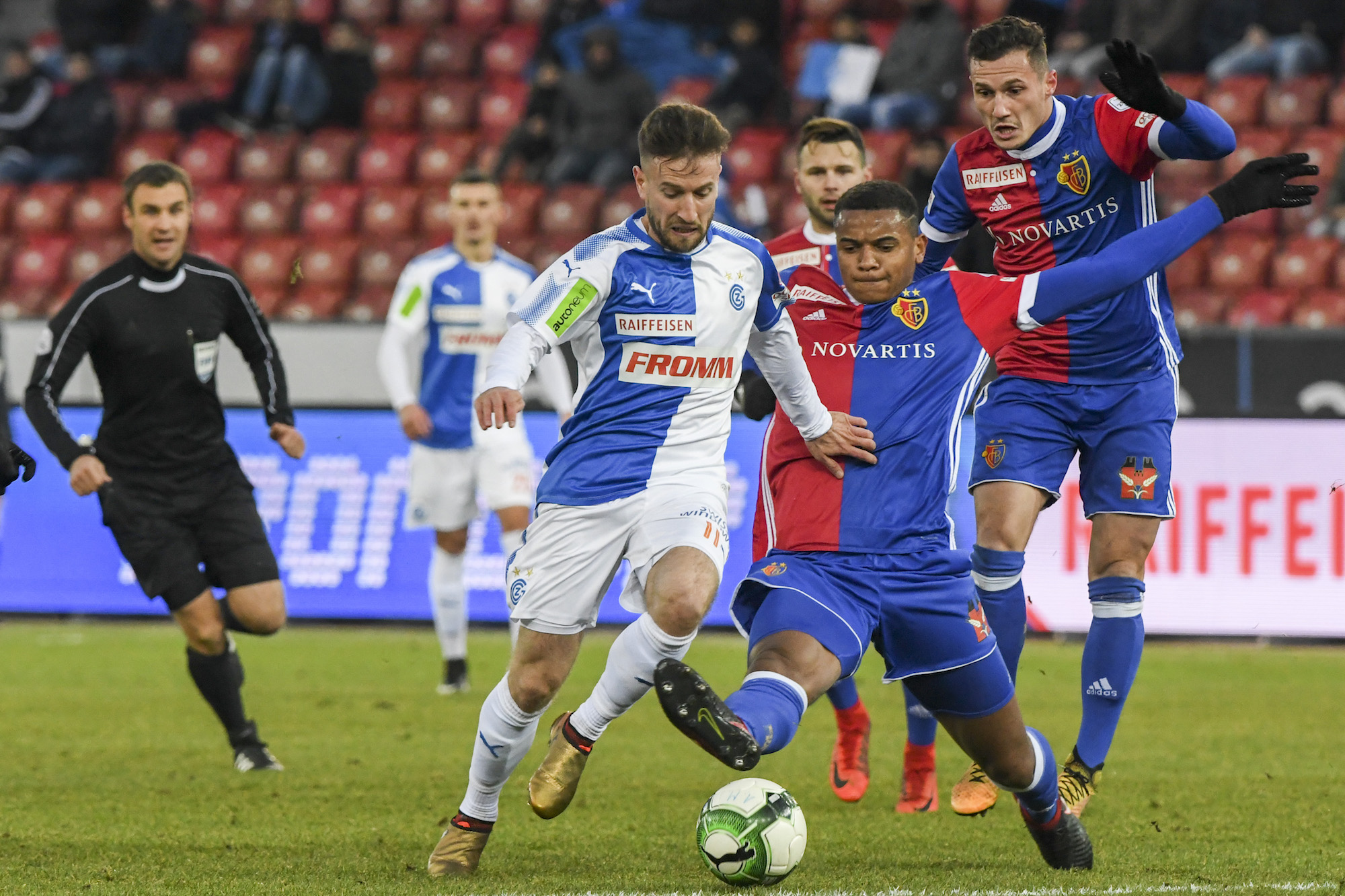 17.12.2017; Zuerich; Fussball Super League - Grasshopper Club Zuerich - FC Basel; Mergim Brahimi (GC) Manuel Akanji (Basel)