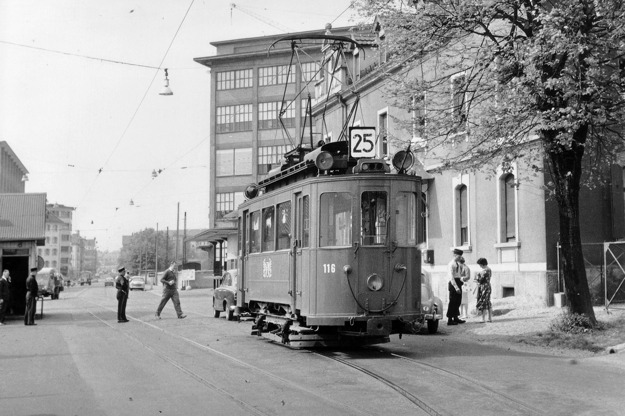 Tram Nummer 25 beim Grenzübertritt nach Huningue um 1960.