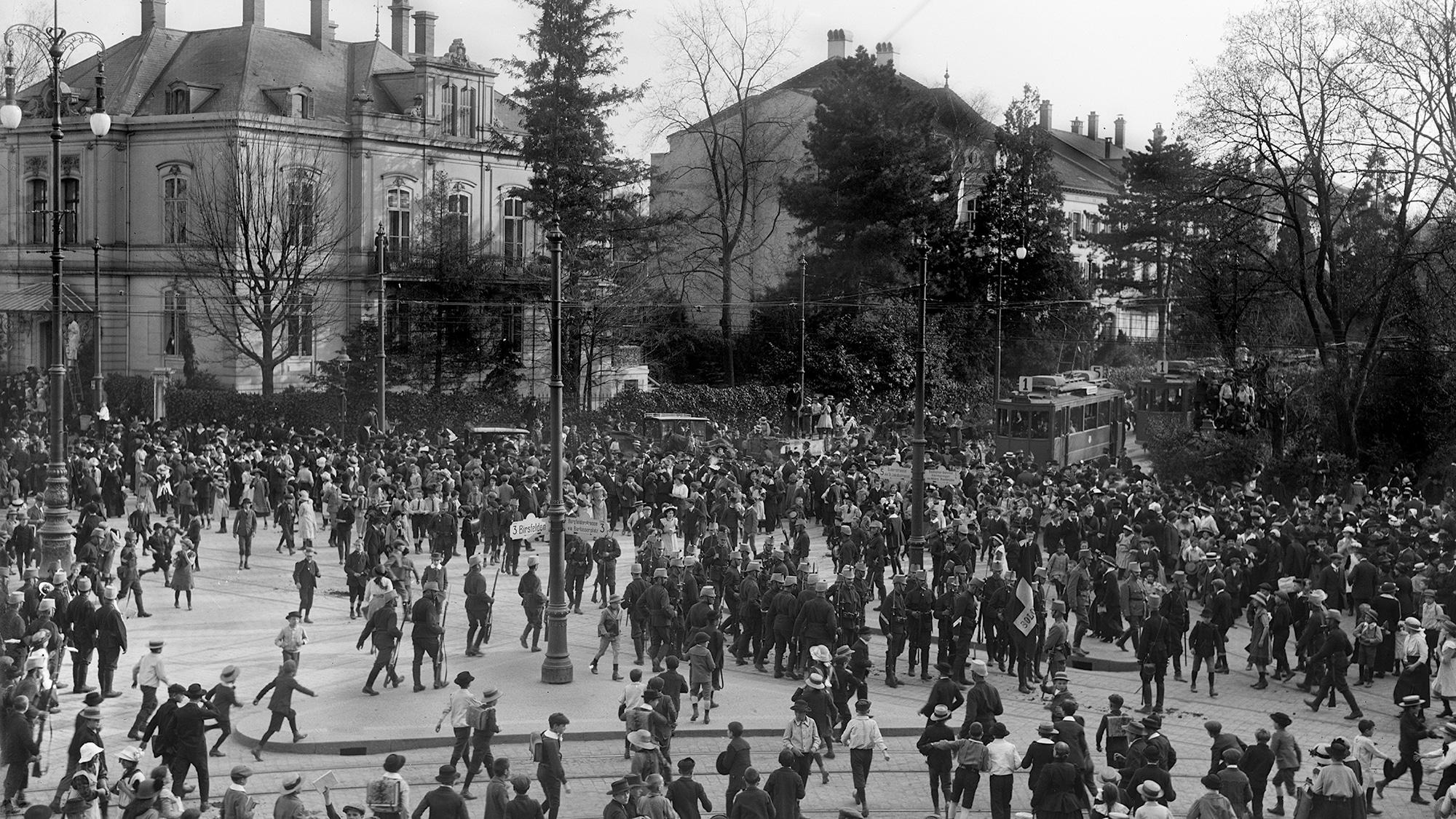 November 1918: Ein paar Soldaten sichern den Aeschenplatz.