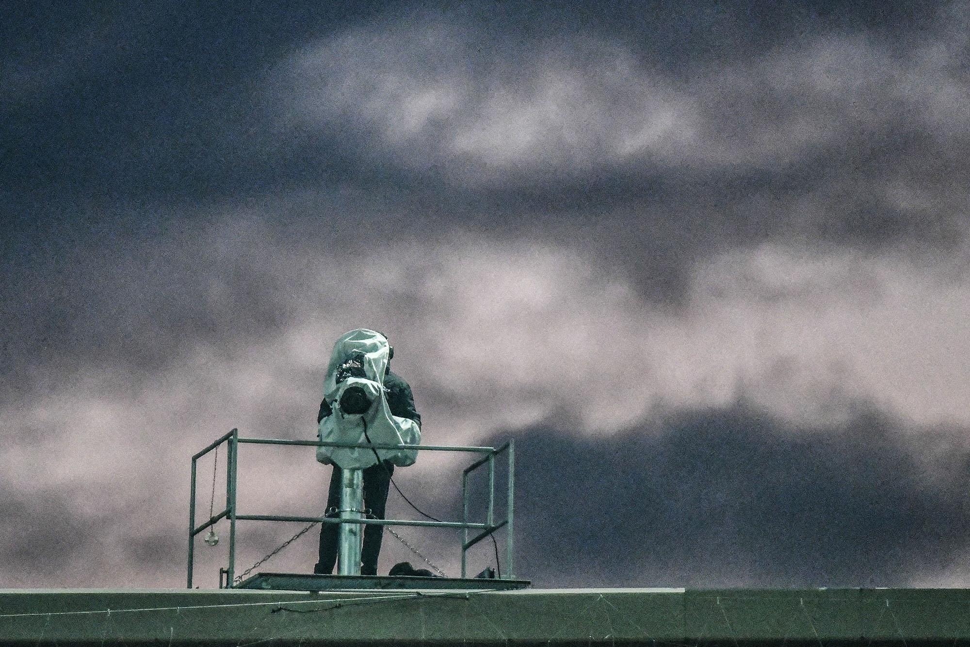 19.11.2017; Zuerich; Fussball Super League - Grasshopper Club Zuerich - FC Thun;Kameramann auf dem Dach des Letzigrund (And
