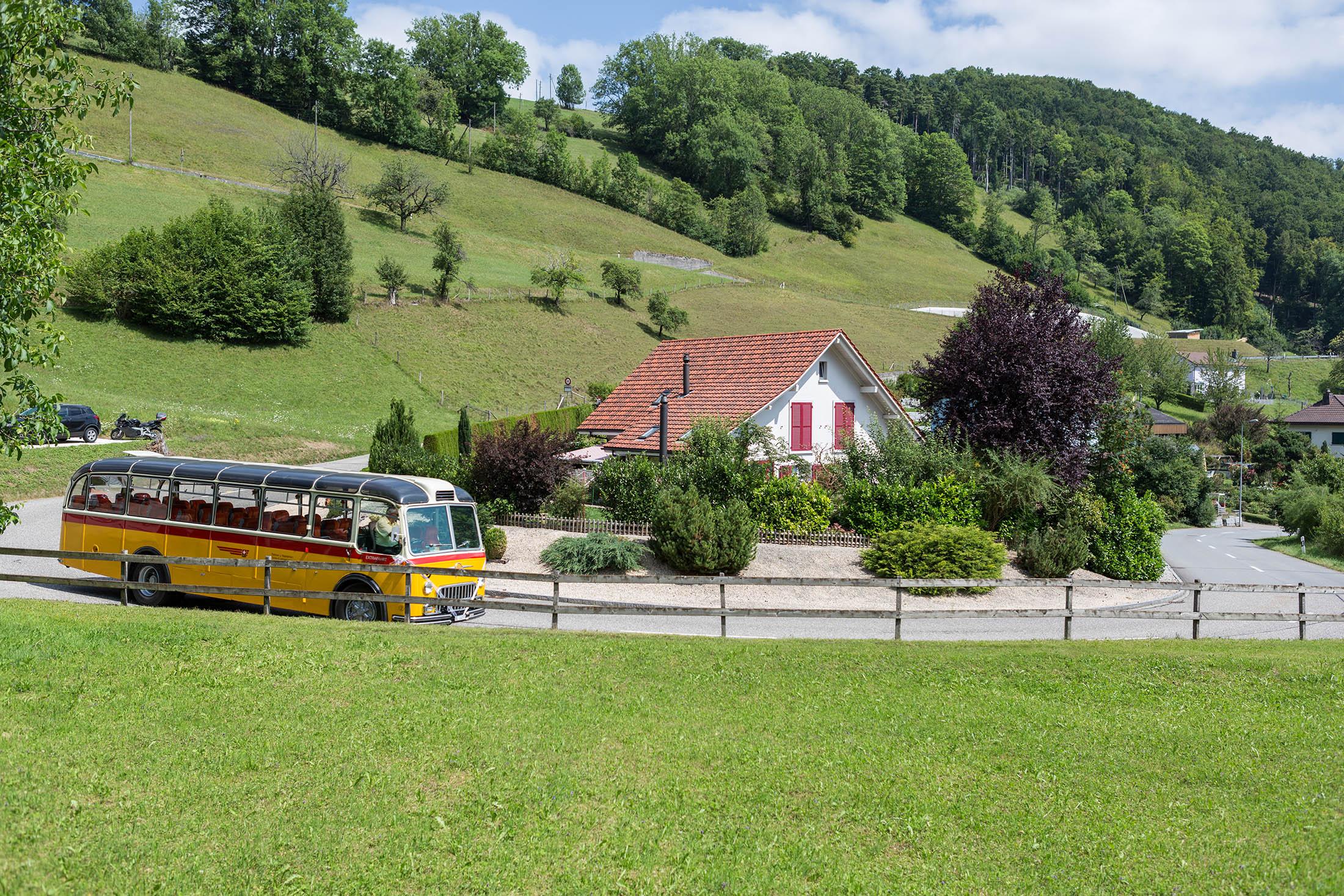 Das Postauto fährt in die abgelegensten Winkel – so wie die SRG auch die Randregionen versorgt.