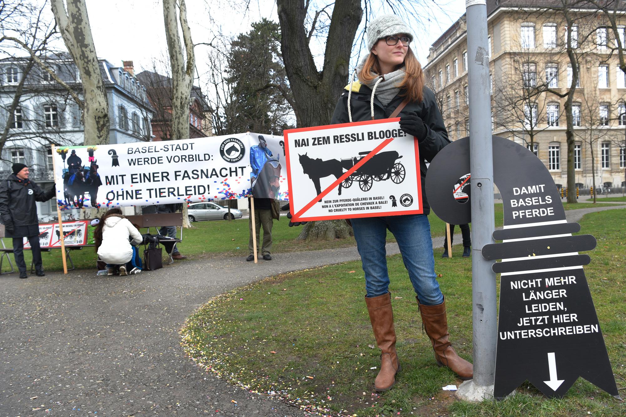 Tierschützer protestierten auch während der Fasnacht gegen den Einsatz von Pferden.