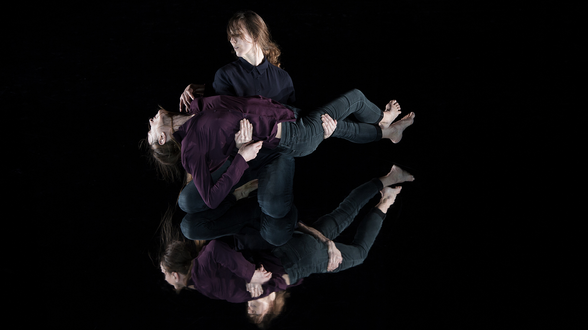 Der Tanz ist endlich: Tabea Martin und Simona Bertozza in der Pietà-Pose.