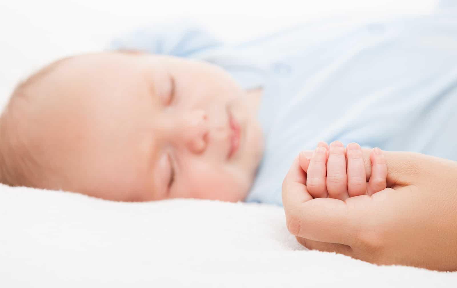 Bei der vertraulichen Geburt wird das Neugeborene auf der Wochenbettstation durch eine Bezugsperson betreut, bis die KESB ein