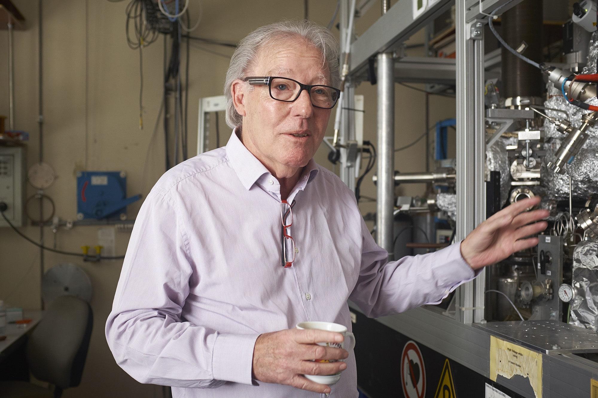 Christoph Gerber vor einem der vielen Instrumente, in denen ein Rasterkraftmikroskop eingebaut ist.