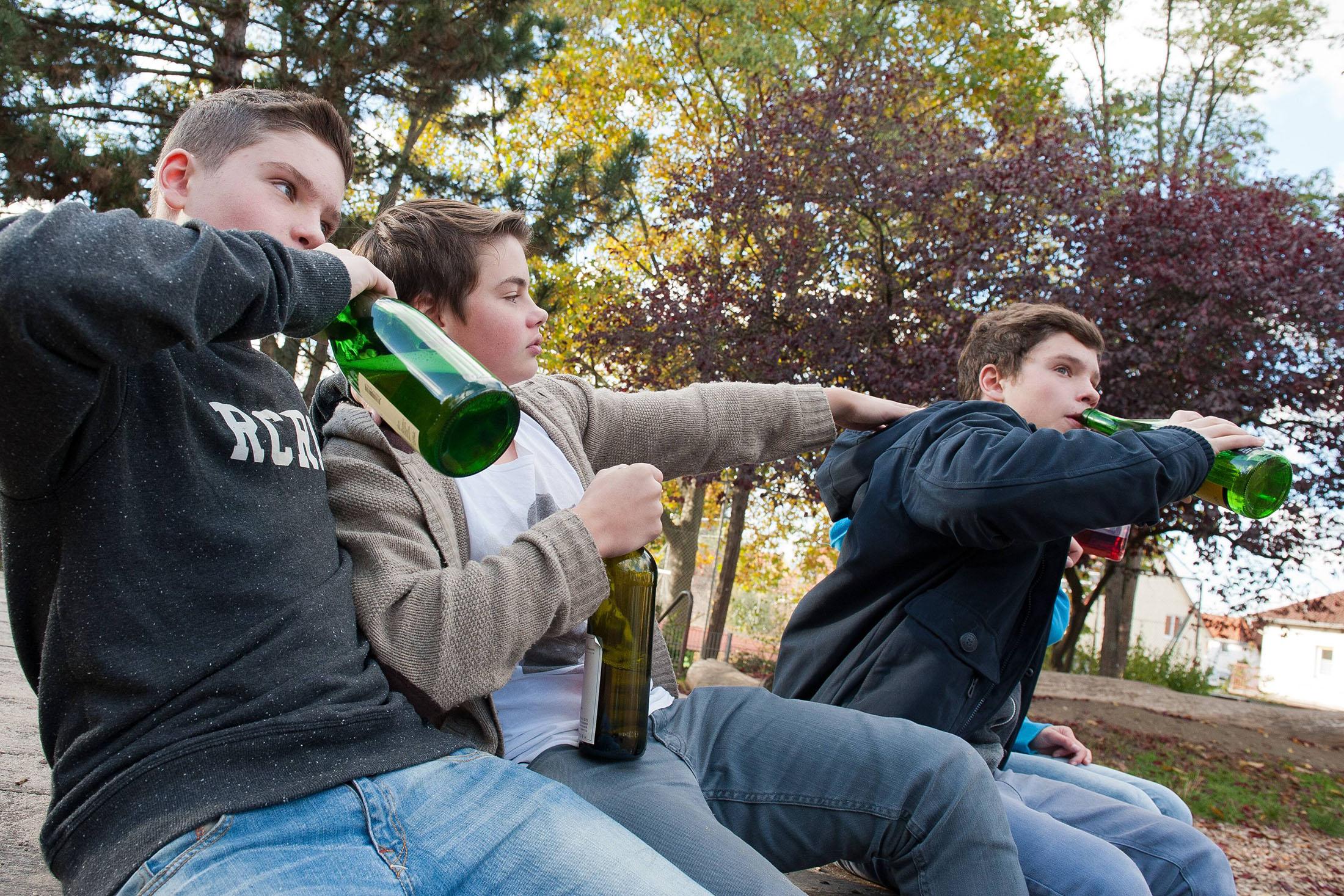 Bildnummer: 59691798  Datum: 29.10.2012  Copyright: imago/epdJugendliche aus Ingelheim am Rhein trinken am 28.10.2012 auf ei