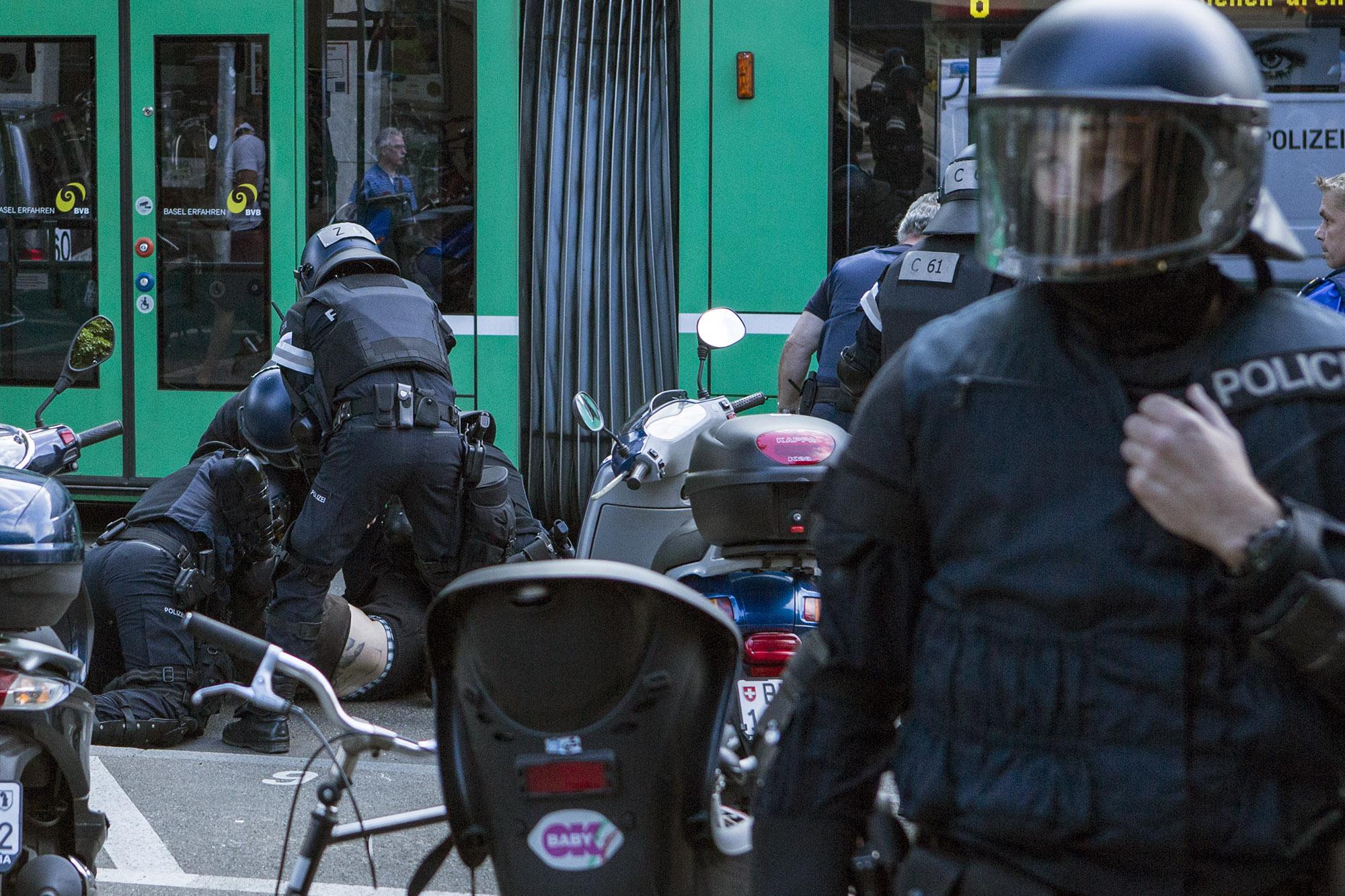 Bloss keinen Mucks machen: Wer sich mit der Basler Polizei anlegt, muss mit Knast und Anklagen rechnen.