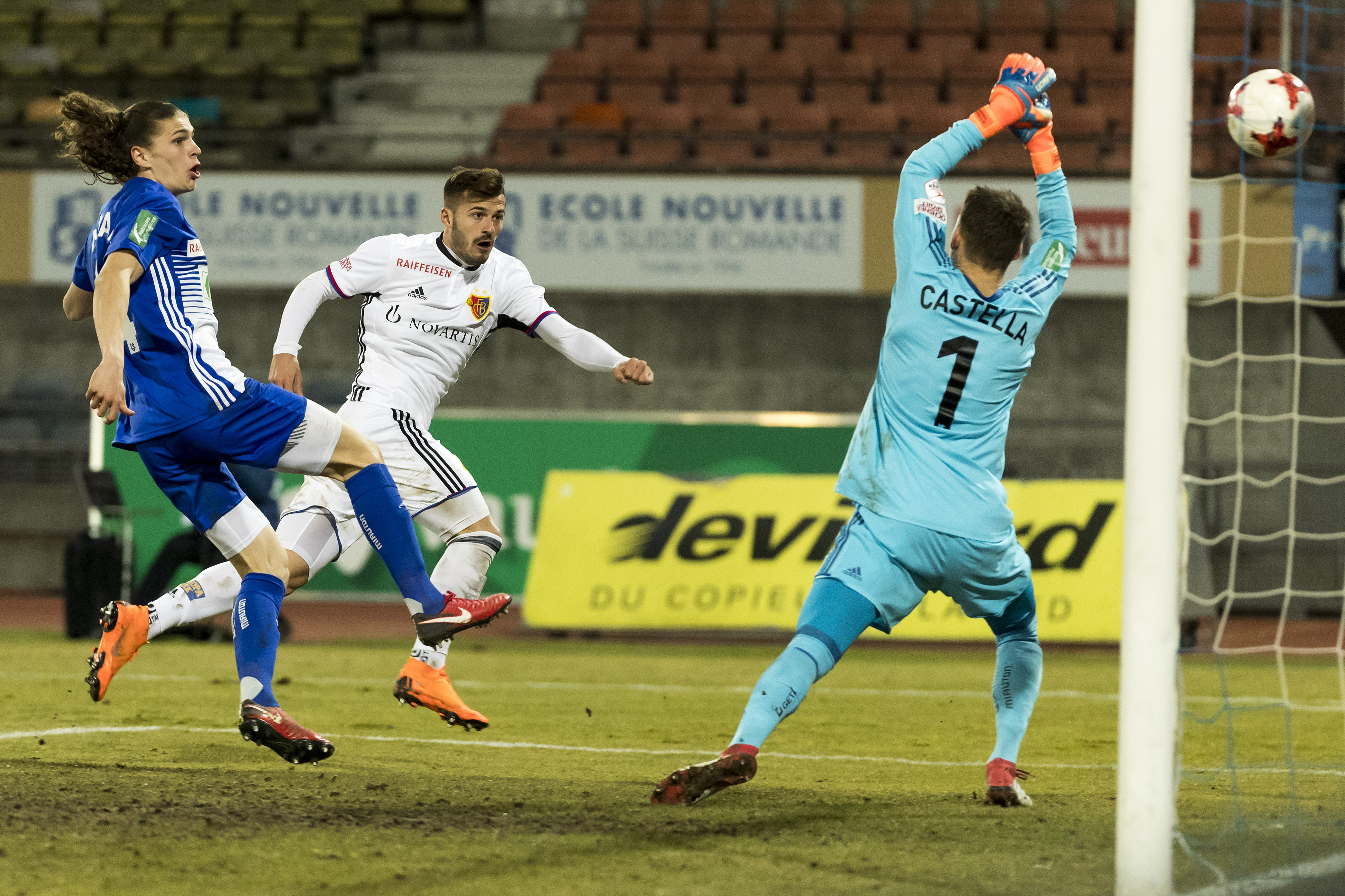 14.03.2018; Lausanne; Fussball Super League - FC Lausanne-Sport - FC Basel;Noah Loosli (L) und Torhueter Thomas Castella (La