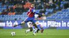 18.03.2018; Basel; Fussball Super League - FC Basel - FC Sion; Valentin Stocker (Basel) schiesst gegen Xavier Kouassi (Sion)
