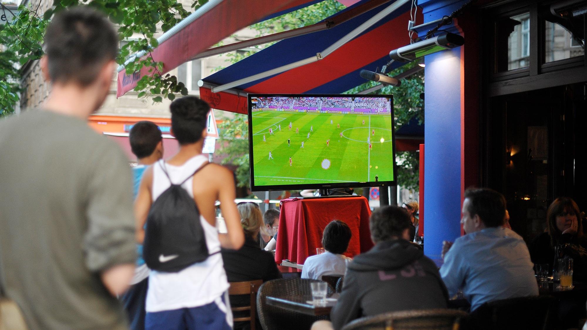 (GERMANY OUT) Fußballfans verfolgen das Fussballspiel Russland-Tschechien anlässlich der UEFA Fußball-Europameisterschaft