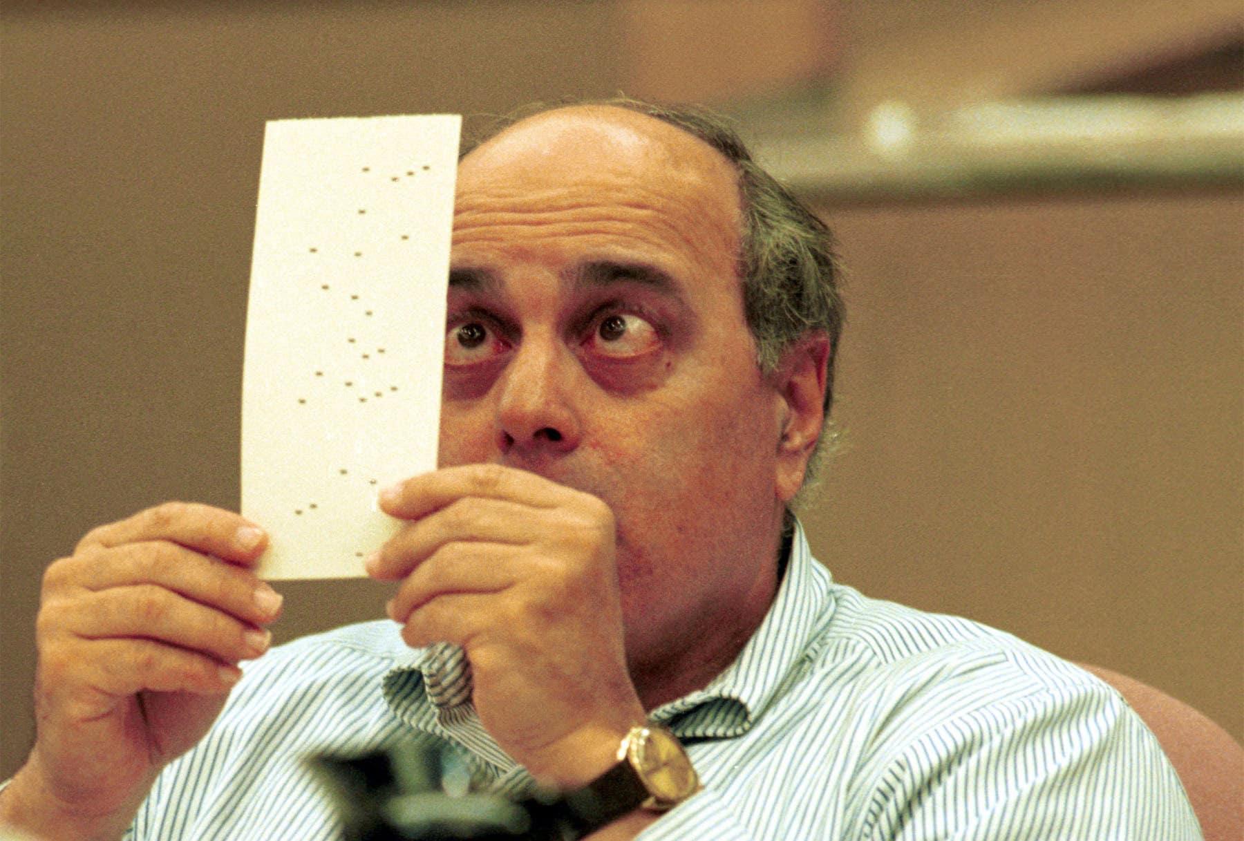 Das Riehener Wahlbüro hat selber eine Nachzählung veranlasst (das Bild zeigt einen Beamten aus Florida bei der Nachzählung