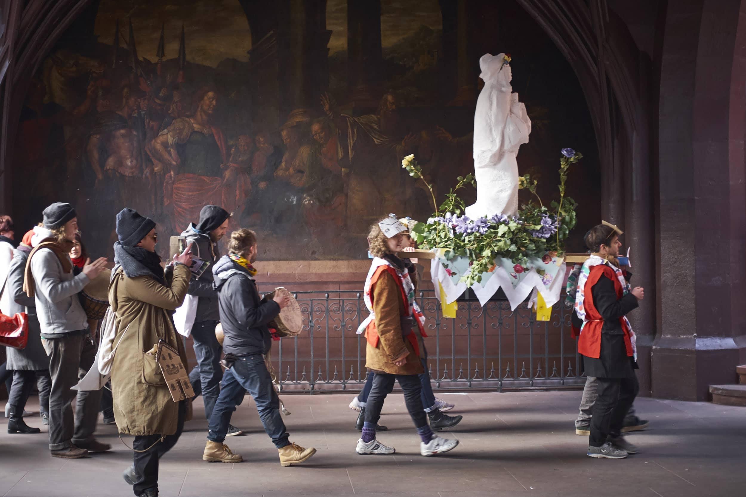 Petition mit Schutzpatronin: Die Übergabe der 4000 Unterschriften geriet zur Liturgie.